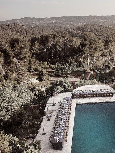 Trouwen in het buitenland zwembad met diner tafels in het groen