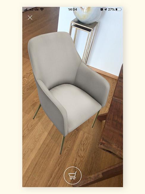 Witte AR stoel bij eettafel