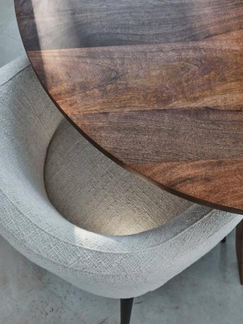 Najaarstrends 2020 houten tafel met lichte stoelen