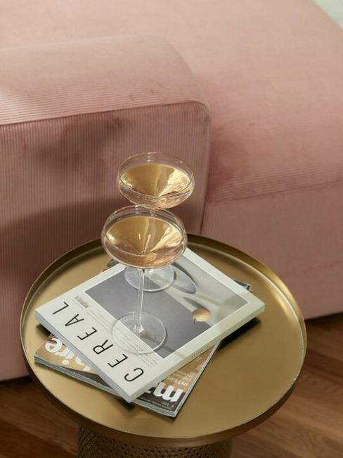 Corduroy oud roze bank met gouden bijzettafel