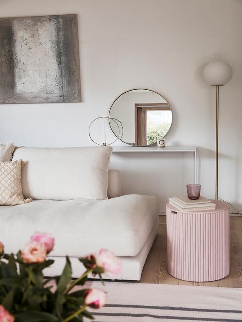 Beige bank met roze pioenrozen en roze poef