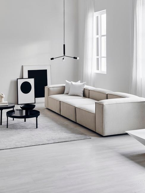 Minimialistisch interieur in neutrale woonkamer met beige bankstel