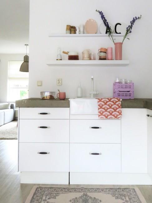 Leefkeuken in neutrale wit en grijze kleuren