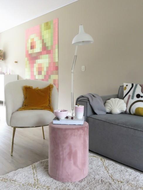 Woonkamer Lieks Home met grijze bankstel en teddystoel met oud roze poef
