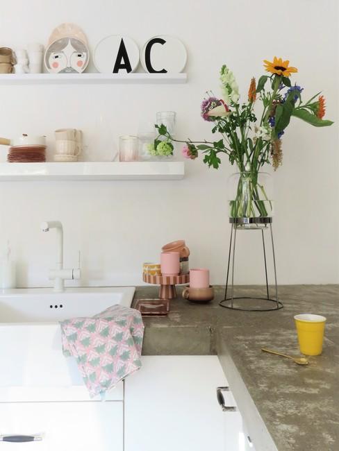 Scandinavische keuken met lichte accessoires van Lieks Home
