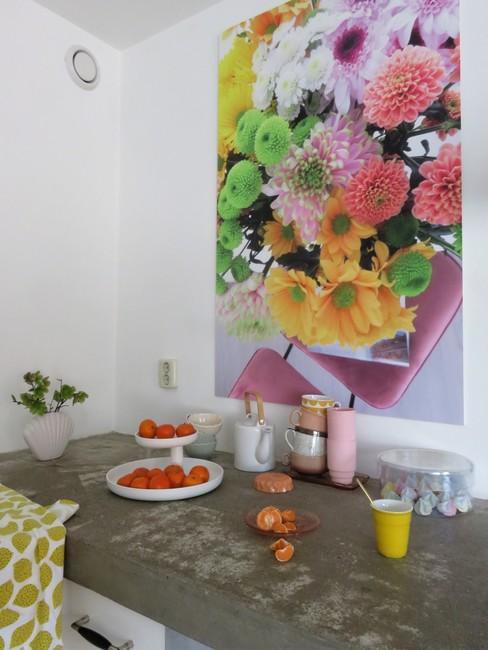 Details scandinavische keuken met gekleurd bloemen schilderij