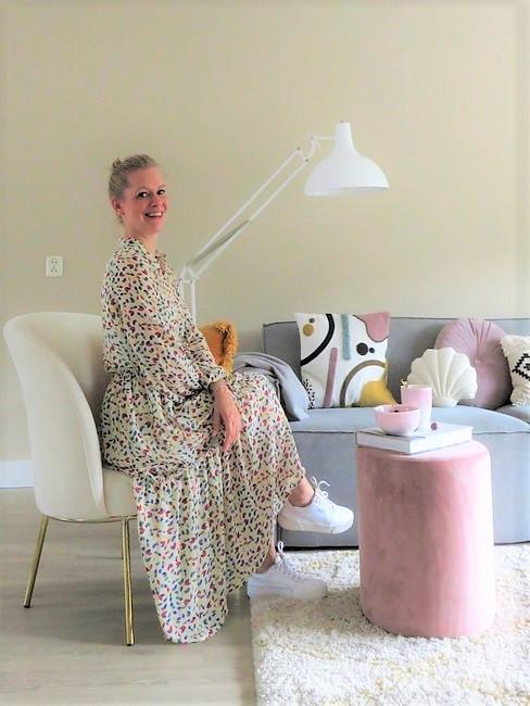 Lieks Home Portrait in woonkamer met meubels in pasteltinten