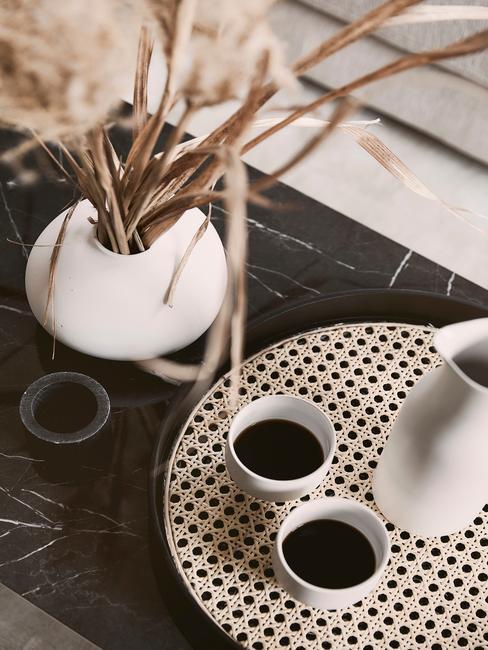 Marmeren tafel met rotan dienblad