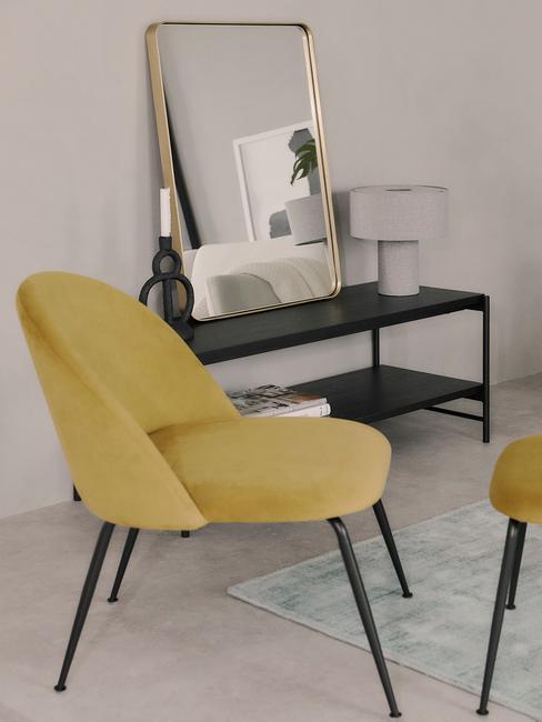Moderne interieurstijl Oker gele stoel met zwarte sitetable op grijze vloer