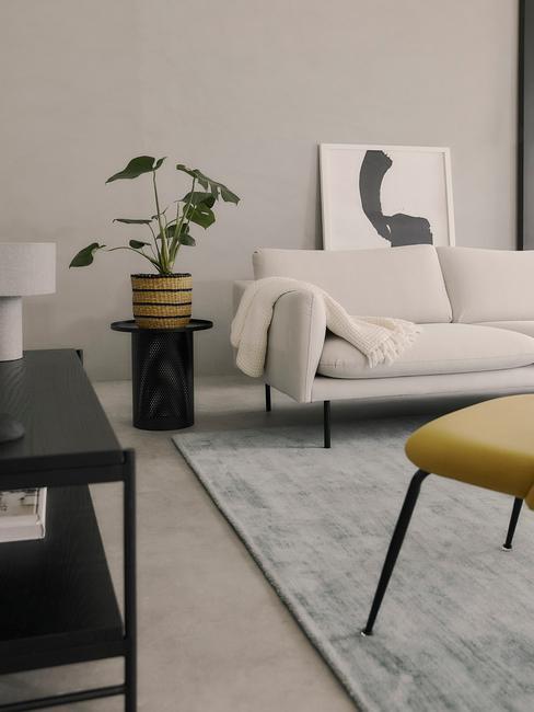 Moderne interieurstijl met beige bank en zwarte sitetable