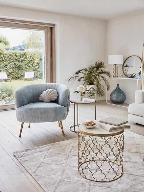 Jasny salon z dekoracjami w pastelowym błękicie