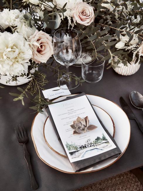 Zastawiony stół weselny w stylu boho