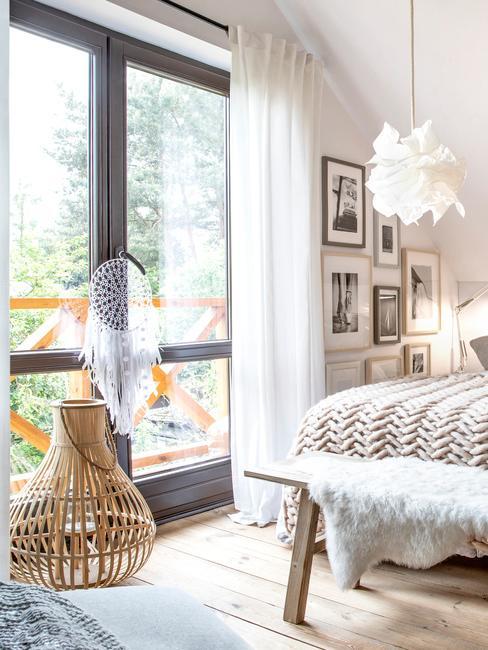 Sypialnia w stylu boho z łapaczem snów