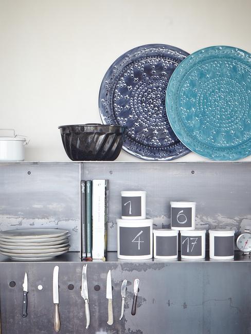 Zbliżenie na część kuchni z półką na talerze oraz kubki