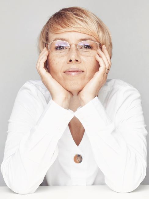 Zdjęcie portretowe Joanny Alminas, projektantki wnętrz i autorki bloga Sztuka Prostoty