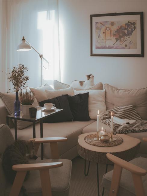 Przytulny salon z beżową sofą, drewniany stolik oraz dwa fotele z podłokietnikami