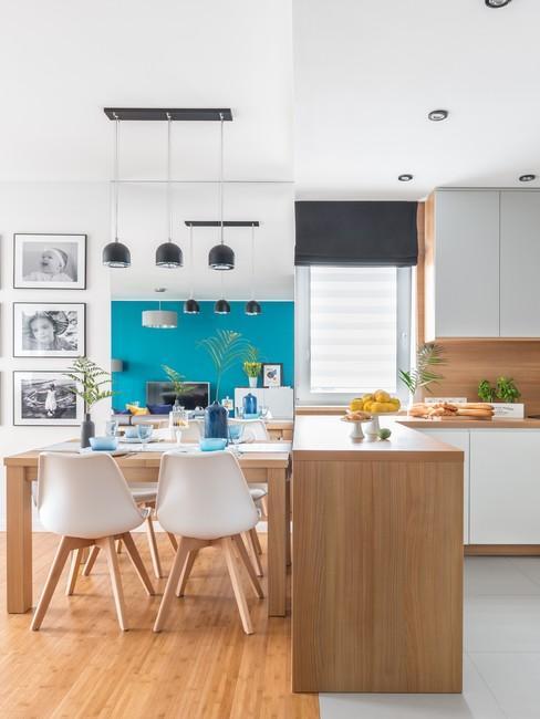 Jasne kuchnia z drewiniami meblami i akcentem kolorstycznym w postaci turkusowej ściany