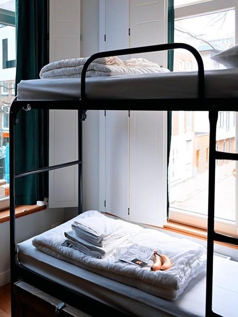 Łóżko piętrowe w pokoju