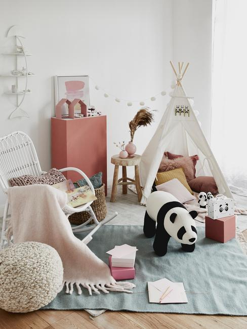 Pokój dziecięcy z fotelem bujanym, namiotem oraz zabawkami
