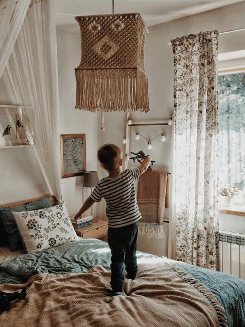 Makramowa lampa w sypialni urządzonej w sielskim stylu.