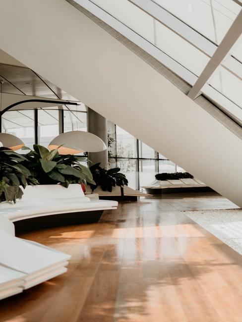 Salon ze schodami, pod którymi znajduje się kanapa
