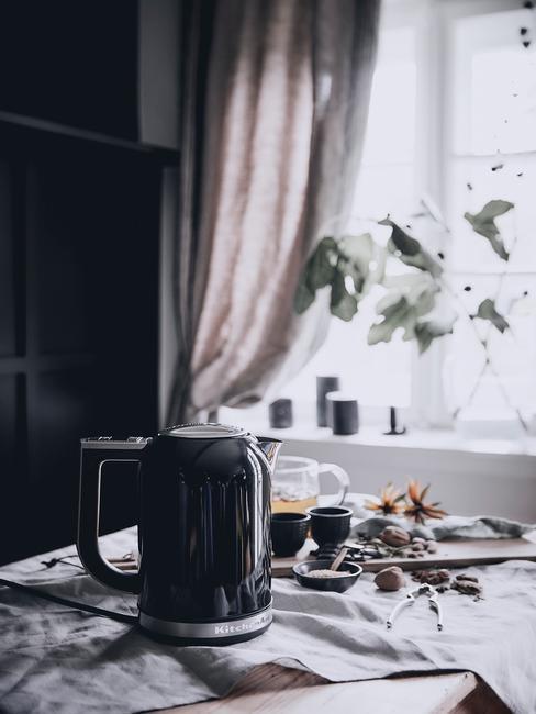 Czarny czajnik stojący na stole