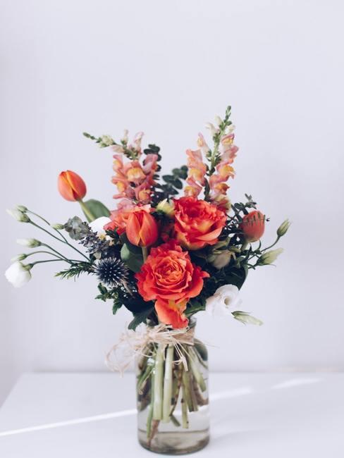 Bukiet kwiatów w przezroczystym wazonie