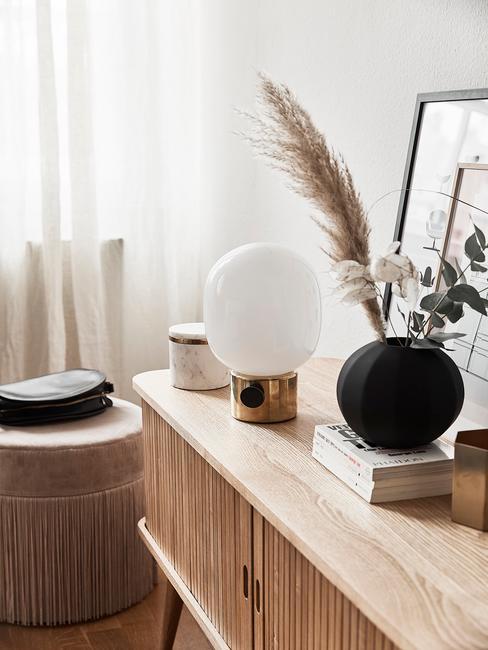 Czarny wazon w kształcie kuli z trawą pampasową i eukaliptusem