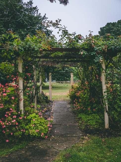 Drewniana altanka w ogrodzie w stylu angielskim