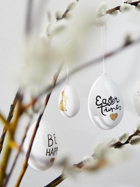 Gałązki wierzby ozdobione białymi pisankami