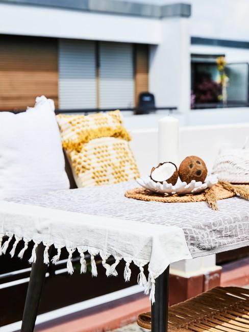 Zbliżenie na udekorowany stół na tarasie na dachu