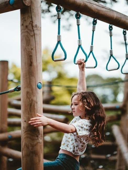 Dziewczyna bawiąca się na torze przeszkód w ogrodzie