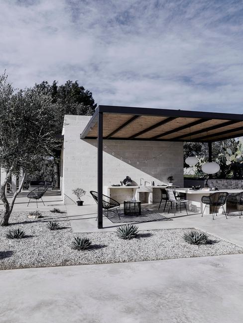 Betonowy budynek z tarasem z roślinnością