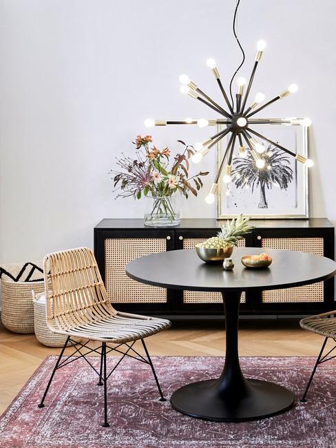 Salon w stylu nowoczesnym boho z fioletowym dywanem, bambusowym krzesłem oraz komoda z plecionka wiedenska