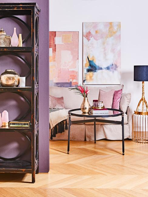 Beżowy salon z fioletowymi dodatkami oraz wnęką pomalowaną na ultrafiolet