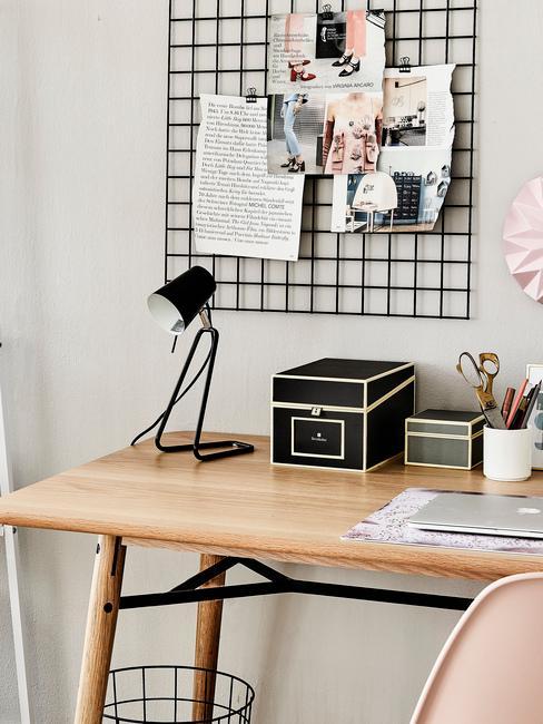 Fragment domowego biura z biurkiem , moodboardem oraz organizerami