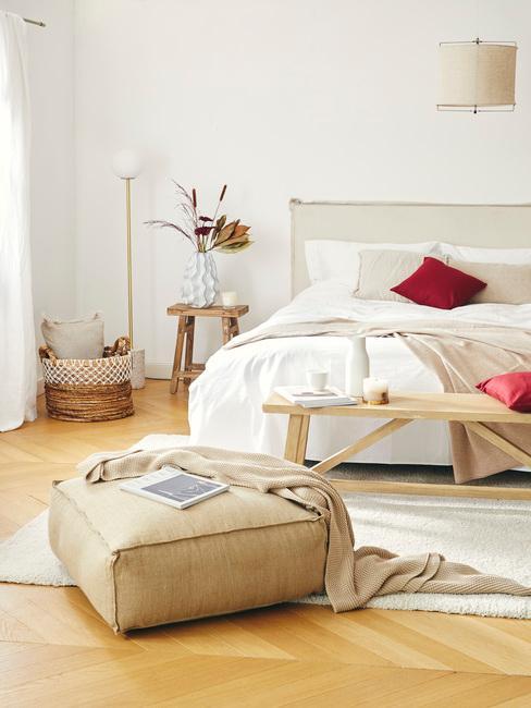 Ciepła beżowa sypialnia