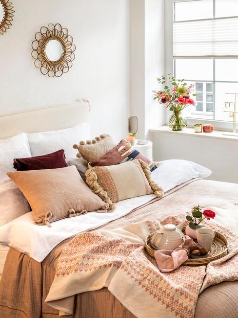 Łóżko z zagłówkiem w dziewczęcej sypialni