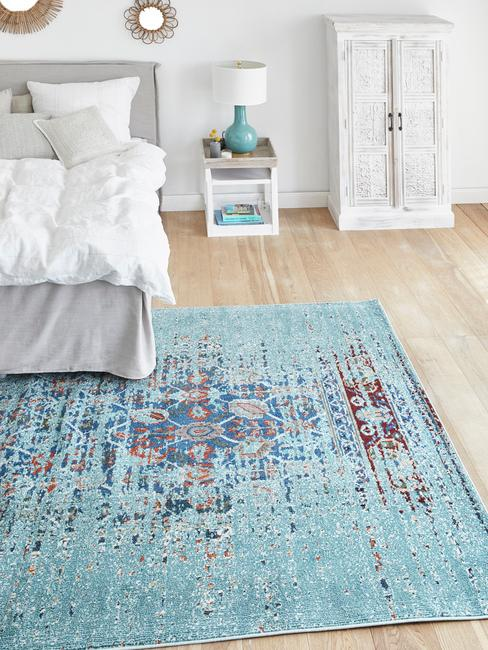 Jasna sypialnia z niebieskimi dodatkami