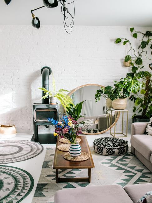 Biały salon z dywanami w etniczne wzory w domu Travelicious