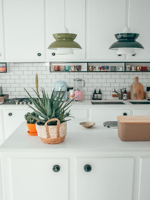Biała kuchnia z kolorowymi dodatkiami w domu Travelicious