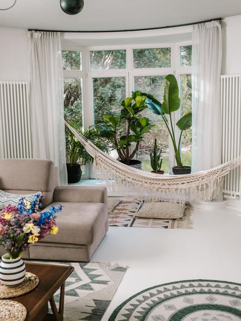Biały salon z hamakiem w domu blogerki Travelicious
