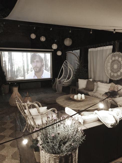 Letnie kino, które Marideko urządziła w swoim ogrodzie