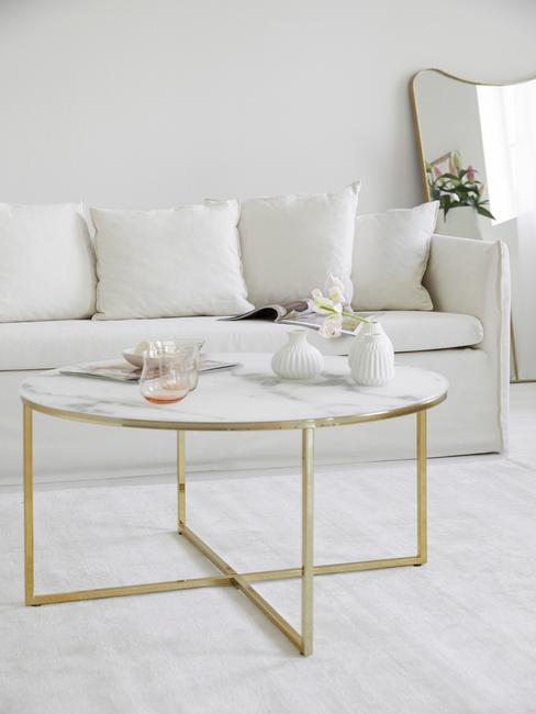 Nowoczesny, jasny salon z sofą Mila oraz stolikiem kawowym
