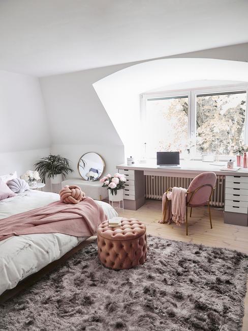 dziewczęca sypialnia w stylu glamour z różowymi dodatkami