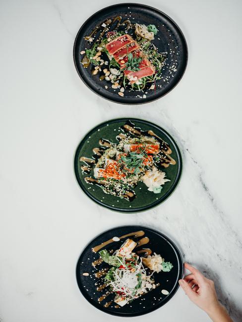 Trzy talerze z sushi