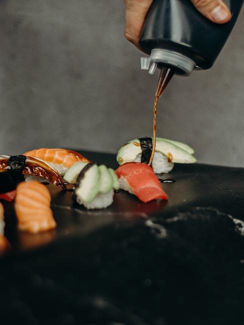 Podane sushi polane sosem sojowym