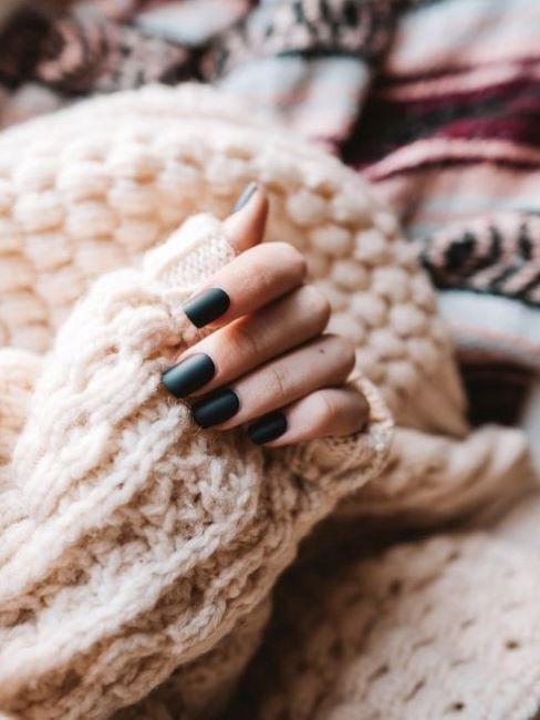 Dłoń kobiet z pomalowanymi paznokciami