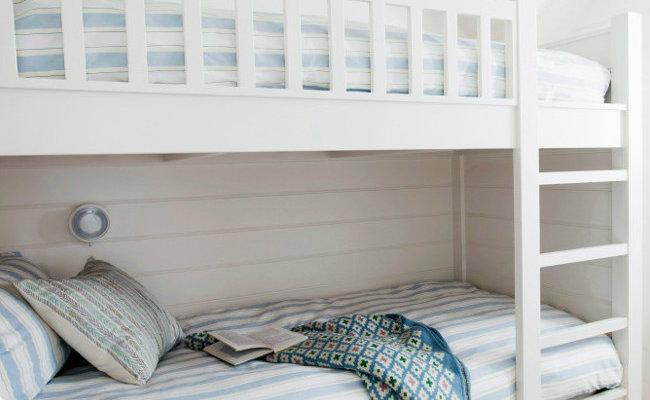 Biały pokój dziecięcy z łóżkiem