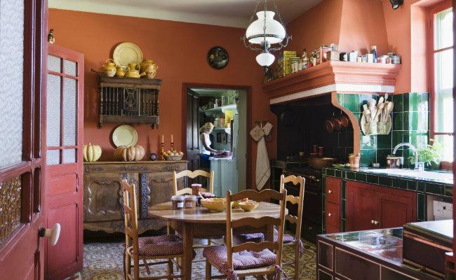 Czerwona kuchnia w starym stylu